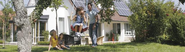 Baufinanzierung: Familie im Garten