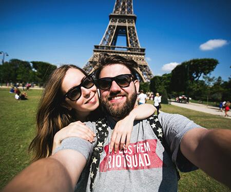 Junges Paar vor Eiffelturm