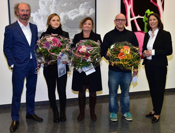 Dietmar Gross, Vorsitzender des Kunstvereins Eisenturm (l.) und Daniela Schmitt, MVB-Regionalmarktdirektorin (r.), mit den drei Preisträgern: Anna Grau, Heike Negenborn und Marcus Günther (v.l.).