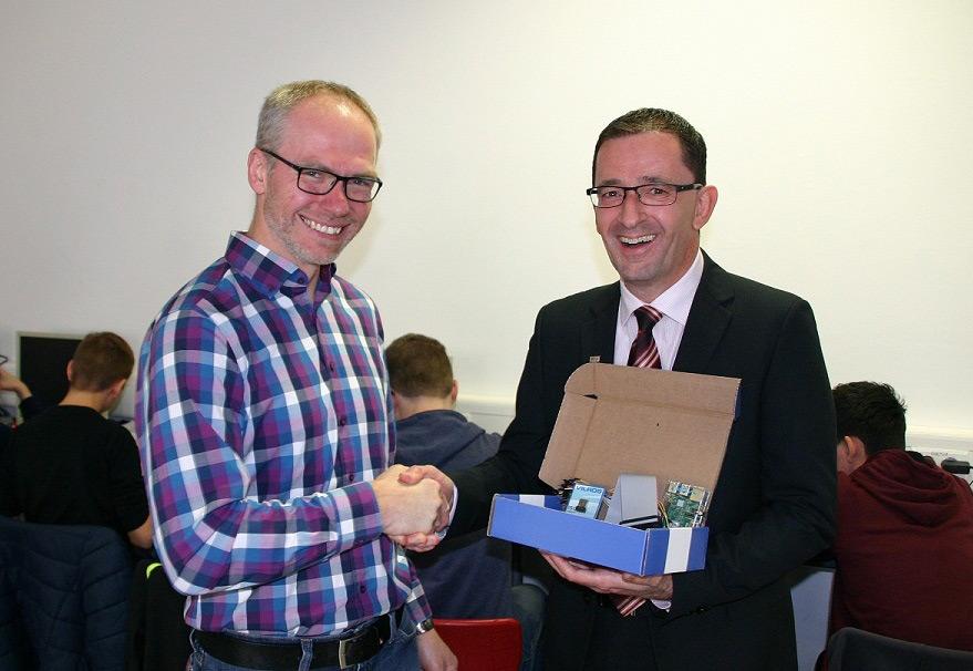 Konrektor Bernd Klein und Joachim Hugel (MVB) bei der Übergabe eines Raspberry PIs mit Zubehör. Die anderen Geräte waren im Hintergrund bereits im Einsatz.