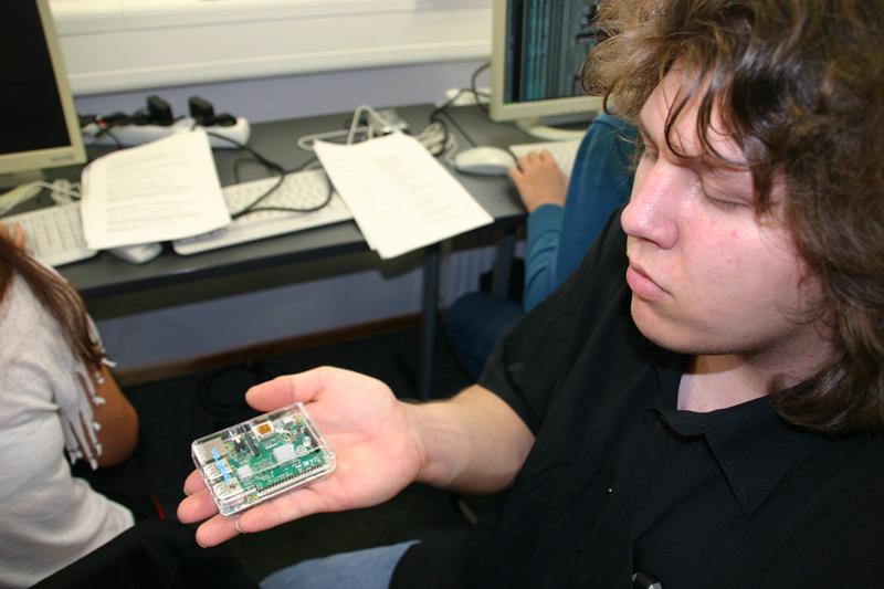 Klein, aber Oho! Ein Raspberry PI passt auf eine Hand und leistet doch Großes.