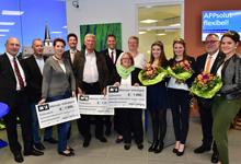 Anlässlich der Wiedereröffnung der MVB-Filiale in Hochheim überreichte MVB-Niederlassungsdirektor Theo Hain Spendenchecks