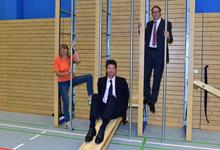Kassiererin Annelie Schenk mit Niederlassungsdirektor Axel Schulz und Raul Kaltenbach, 1. Vorsitzender des TV Kostheim (v. l.).