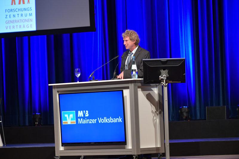 Prof. Bernd Raffelhüschen bei seinem Vortrag über Glück
