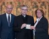 Übergabe Medaille Bischofsweihe