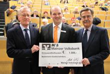 Professor Dr. med. Theodor Junginger (l.) und Professor Dr. med. Hans-Jürgen von Mengden (r.) mit MVB-Filialleiter Frank Gloede