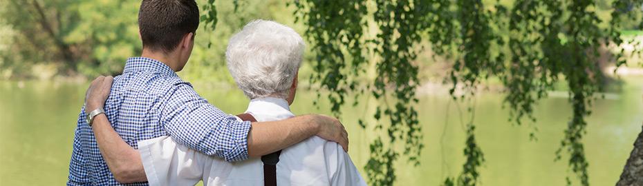 Opa und Enkel am See