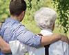 Opa mit Enkel am See