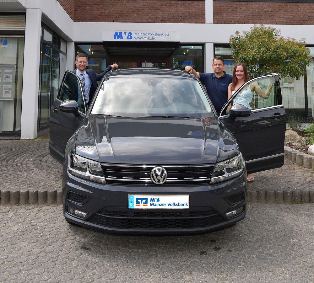 Der Gewinn kann sich sehen lassen, nicht nur vor der MVB-Filiale in Saulheim.