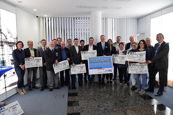 Gruppenfoto der Weltspartag-Spendenempfänger in Nieder-Olm