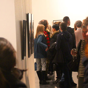 Viele Besucher bei der Fotoausstellung Entropie