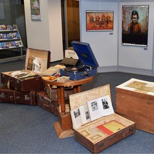 """Begehbare Kunstausstellung """"Der Koffer"""""""
