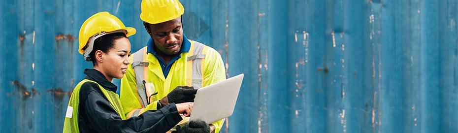 Mann mit Weltkarte