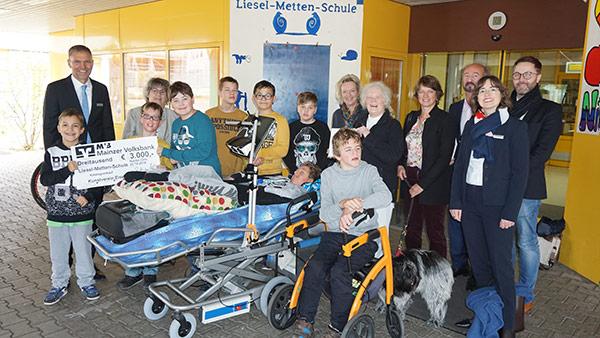 Liesel metten bei der Spendenübergabe in Nieder-Olm
